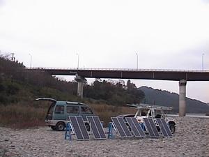 写真42003年10月 東海道ゼロエッミションの旅「第2ステージ」 河川敷で充電.jpg