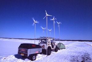 写真3 2003年2月 北海道アタック㈼ 北緯45度線上にて風車で充電中.jpg